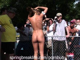 Festa aberta de acampamento nudista