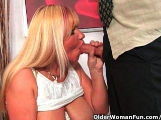 Slutty grandma sucks galo e recebe uma boca cheia de cum