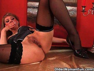Mãe madura sensual prolonga sua vagina e squirts