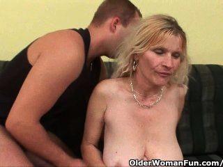 Mãe mais velha com grandes mamas e buceta peluda fica facial
