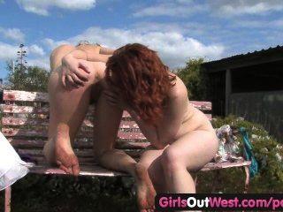 Meninas para fora oeste lesbianas cabeludas dedilhado mútuo