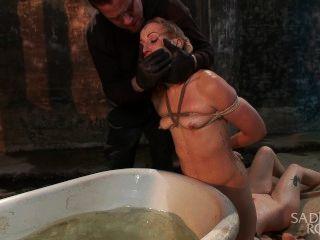 Duas prostitutas loiras para a brutalidade dobro