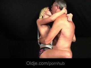 Adolescente loira despejada por seu amante fode oldman para sexo necessidades