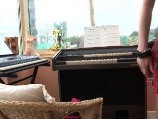 Professor de piano faz as lições mais íntimas