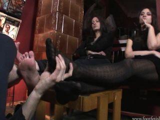 Larissa e amanda brincam com footslave