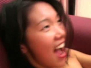 Angeline: menina tímida asiática grita durante a foda dura