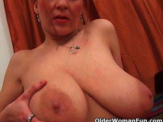 Mamã de futebol com grandes mamas naturais e buceta bem usada