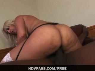 Bridgette b suga um enorme galo preto antes de obter seu estiramento suculento bichano