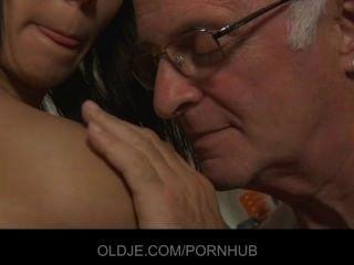 Desagradável maid adolescente quer seu pau chefe velho na boca