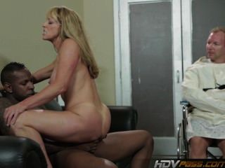 Sexy blonde milf shayla laveaux fica fodido por enorme galo preto