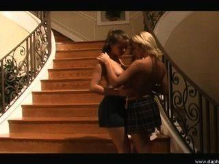Sexy lésbica namoradas ama lamber uns aos outros jovens quente pussy