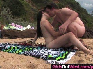 Cutie fodendo um estranho na praia