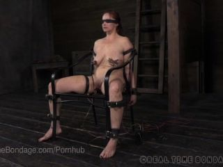 Bella rossi busty de olhos vendados e interrogado com eletricidade
