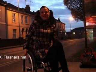 Paraprincess exibicionismo ao ar livre e flashing wheelchair bound babe show