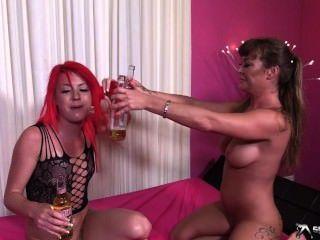 Duas lésbicas mais quentes brincam com mijar
