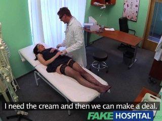 Fakehospital nenhum seguro de saúde faz com que o paciente tímido pague pelo tratamento