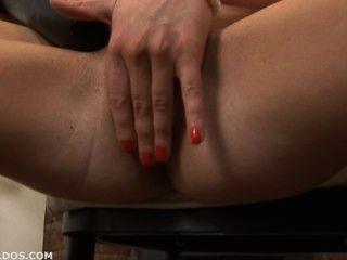 Morena fodendo sua buceta carnuda com dois grandes dildos brutais
