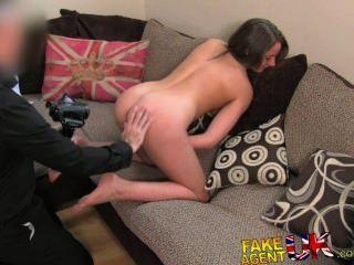 Fakeagentuk sexy pernas brit chick vai para a pornografia casting inesperado