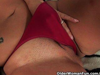 Milf sensual com seios grandes fode-se com dois dildos