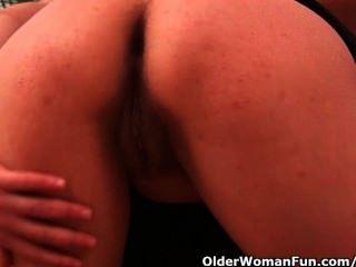 Mamã do futebol de 42 anos com mamas grandes fode um vibrador