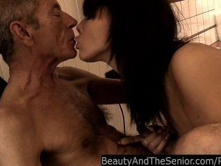 Jovem petra fica pregado por um velho cara