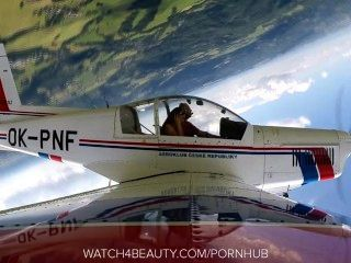 Hottie masturbar-se em um avião