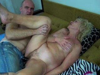 Velha gordinha gordinha na cama tem sexo com homem tesão