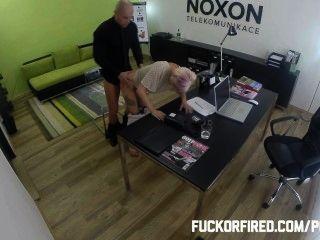Puta loira fodendo para manter seu trabalho