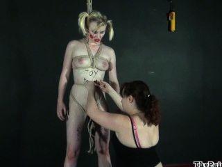 Kinky lesbian humilhação de corpo pintado louro fetiche moodel satine faísca