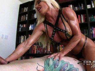 Ashlee: slave fode pernas musculares
