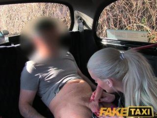 Faketaxi loira loira tem sexo para obter seu vídeo mijando suprimido