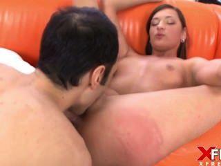 Deslumbrante morena junta pornô pela primeira vez e ela se apaixona