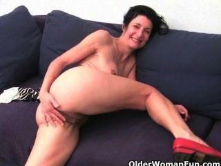 Mulheres mais velhas embebendo suas calcinhas de algodão com suco de buceta