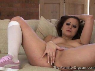 Babe com grandes mamas naturais primeira vez masturbando com um hitachi ao orgasmo
