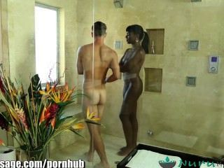 Nurumassage ebony babe ana foxxx dá massagem erótica