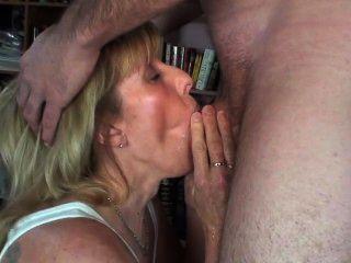 Novo cara mija em minha boca e tudo sobre mim e, em seguida, cums na minha boca!