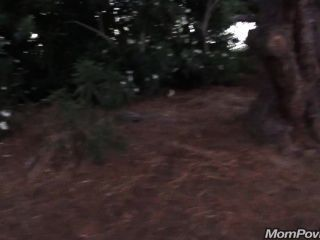 Grande gilf tit flashes no parque público