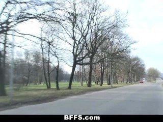 Bffs slutty euro adolescentes ir em uma viagem de estrada louco!