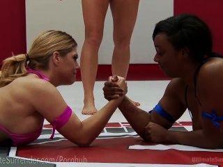 Curvilínea inter-racial lésbica lutar