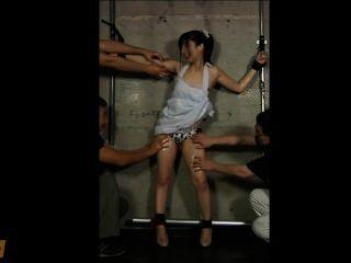 Menina japonesa oleada e cócegas até ela xixi