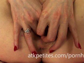 Samantha bentley usa um vibrador rosa em seu bichano rosa