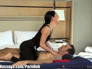 Empresário viajante recebe massagem erótica hotel
