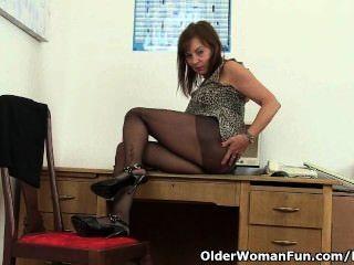 A senhora britânica do escritório precisa o relevo orgasmic