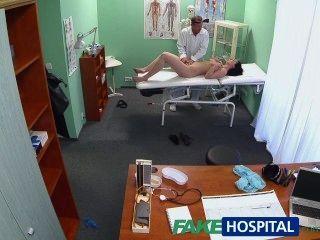 Fakehospital hot babe quer seu médico para chupar seus peitos