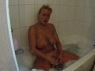 Dildo-me no banho de espuma até o orgasmo, enquanto enxugando os meus peitos