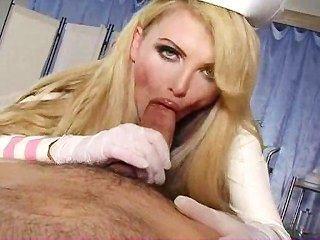 Busty enfermeira cura galo