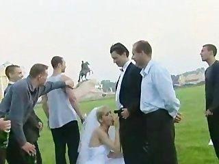 Noiva fodida ao ar livre por mais de um cara!