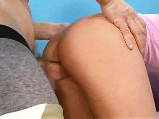 Adolescente apertado toma seu primeiro galo grande