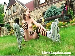 Capricho ao ar livre masturbando-se com as abelhas