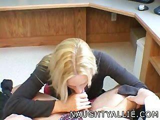 Naughty allie visita o escritório para um quicky